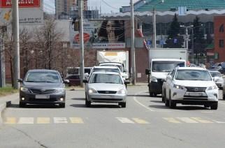 Улица Братьев Кашириных около Торгового центра: ненормативная правая полоса вместила Toyota и Lada