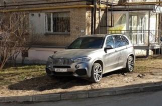 Свердловский проспект, 78. Автор снимка написал: «Частенько так паркуется».