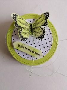 Schokoladenwaffel mit Schmetterlingsglück dekoriert