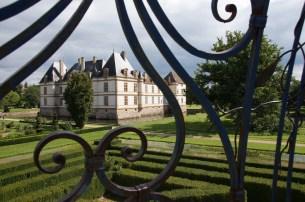Foto von einem Schloss durch ein verziertes Gitter