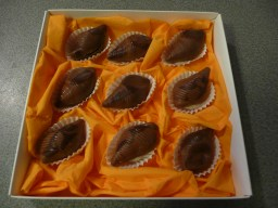 Muschelförmige Pralienen in einer Schachtel