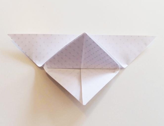 Vrchol trojúhelníku přehněte k vrchní hraně