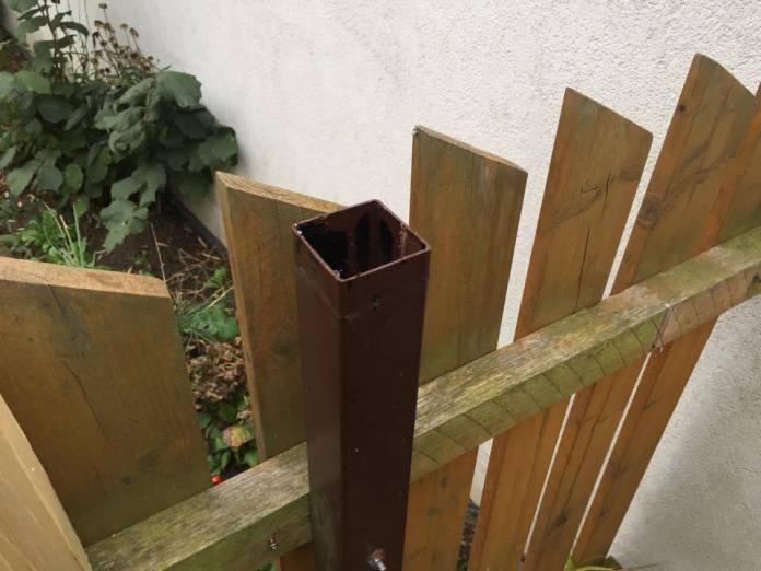 Odstraňte kryt tyče od plotu