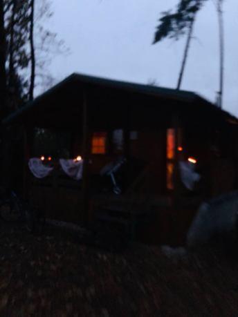 Lehce nazdobená chata v noci