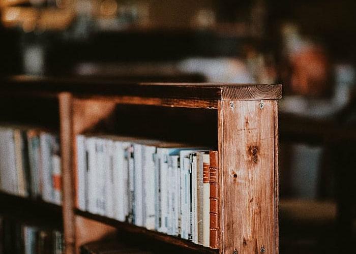 lemari buku untuk partisi ruangan