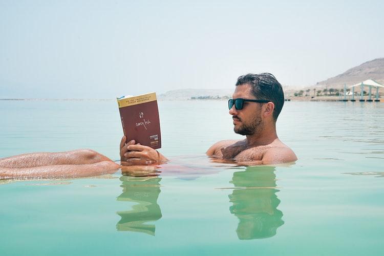 hobi membaca buku untuk kesehatan otak