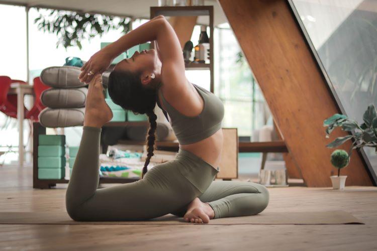 berlatih pilates dan yoga
