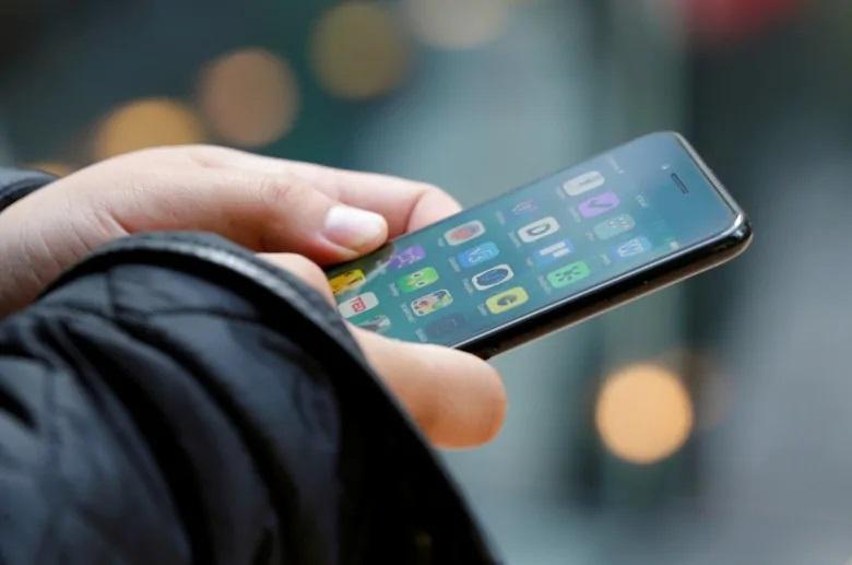 bawa ponsel untuk cara menghindari stalker