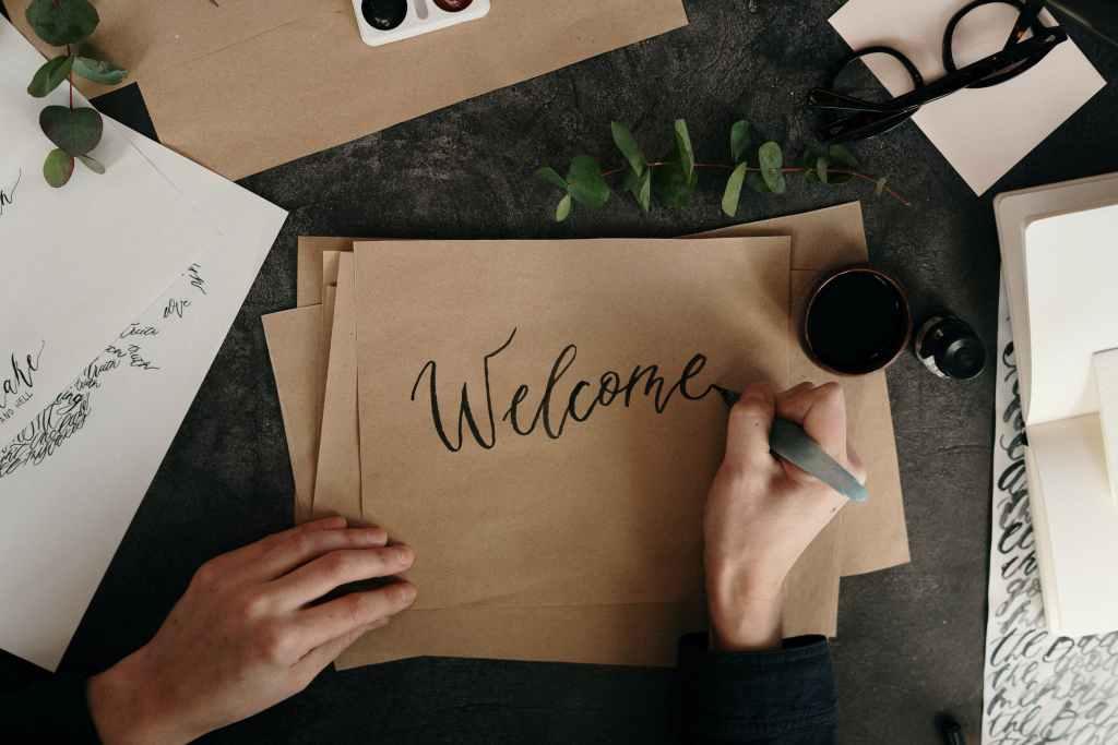 feminine design Gunakan Tipografi Script atau Handwritten