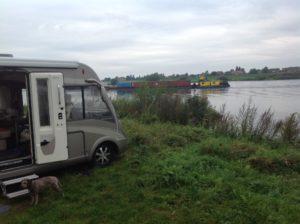 Vi älskar att stå med vattenutsikt. Vid Elbe hittade vi en bra ställplats med koordinaterna N