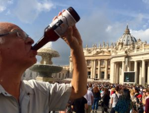 Den andra flaska Vadehavsöl intogs med påvens välsignelse på min egen plats, Petersplatsen i Rom. Påven pratade från scen och via storbildsskärm under tiden.