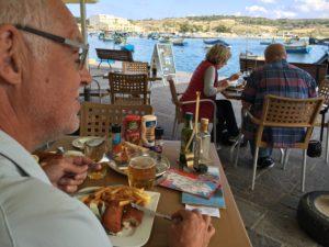 """I Gibraltar valde vi att äta fish&chips med god öl. På Malta åt vi väldigt färsk och god fish&chips med svalkande öl. Fisken intogs på kajen till Marsaxlokk Bay. Och det var på samma ställe som Michail Gorbatjov och Georg HW Bush åt fredsmiddag den 3 december 1989 för att markera slutet på """"det kalla kriget"""". En vecka tidigare hade Berlinmuren fallit, och sommaren därpå hjälpte vi och barnen till att hacka i resterna."""