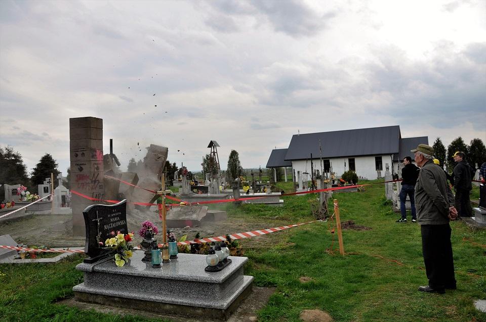 Demontaż pomnika UPA w Hruszowicach krok po kroku