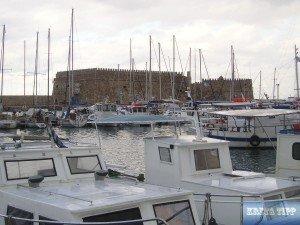 Boote im venezianischen Hafen, dahinter das Kastell Koules.
