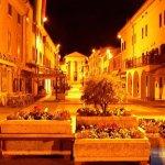 Altstadt von Bardolino bei Nacht
