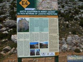 Daneben das Schild zur Wanderroute E4 mit Hinweisen zum Kloster Vidani.