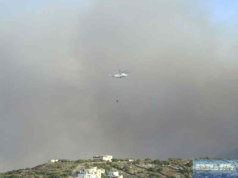 Feuerlösch-Hubschrauber bei der Brandbekämpfung