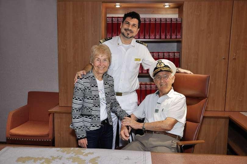 Costa Weltreise_Rudolf Pagel mit Frau Ingeborg und Kapitän Pietro Senisi