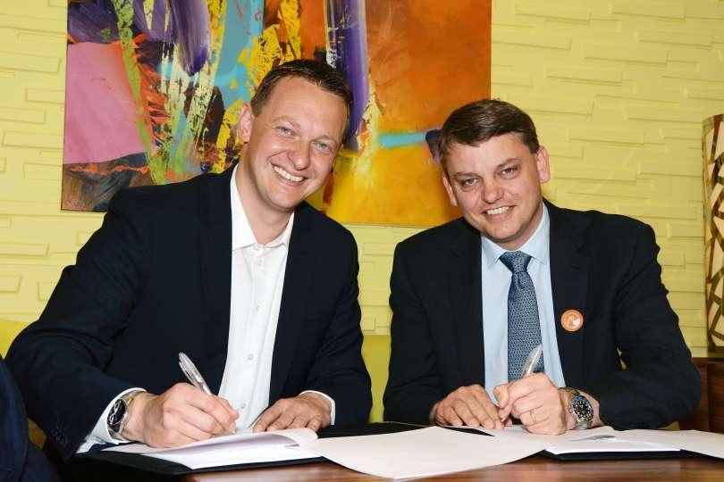 AIDA Praesident Felix Eichhorn und Lauran Wetemans, General Manager LNG Development Shell