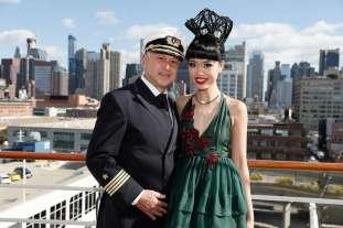 aida_cruises_fashion_show_in_new_york_jessica_minh_anh_und_kapitaen_mey