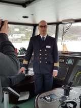Kapitän auf Brücke