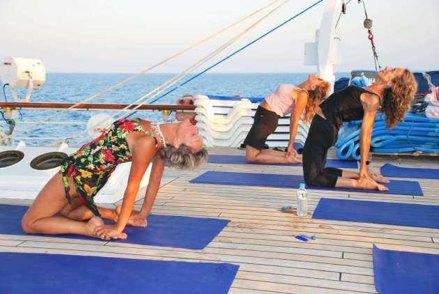 , Yoga unter weißen Segeln mit Star Clippers