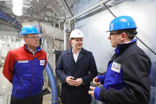 AIDA csoma, AIDAcosma: 140 Meter langes LNG-Maschinenraummodul wird von Rostock-Warnemünde nach Papenburg überführt