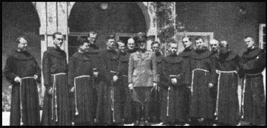 Павелич позира с францискански монаси
