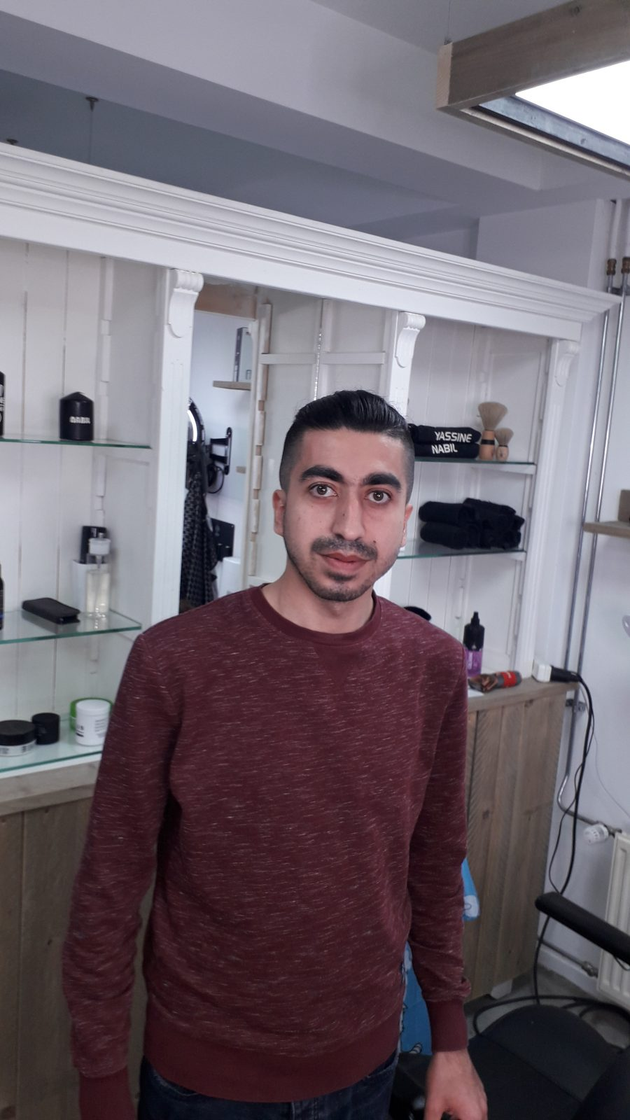 Mohammad aan de slag bij Yassine de kapper