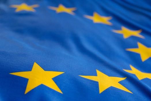 ЕС не может регулировать традиционные банки, но ограничивает криптовалюту