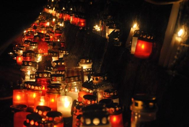 Svecītes pie Rīgas pils mūra 11. novembra krastmalā