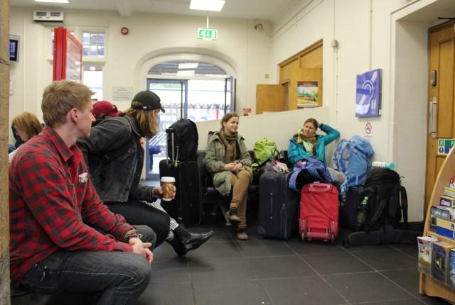 Lankasteras stacijā, gaidot vilcienu uz Grange-Over-Sands. Stacijas veikaliņā nopērkama laba kafija un garšīgi angļu čipsi (atšķiras no Ādažu, Lays un Estrella čipšiem).
