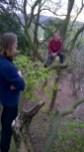 Puišiem, protams, ir jāuzkāpj pa ceļam uzietajā lielajā kokā