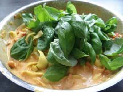 Zucchini-Tagliatelle mit Basilikum