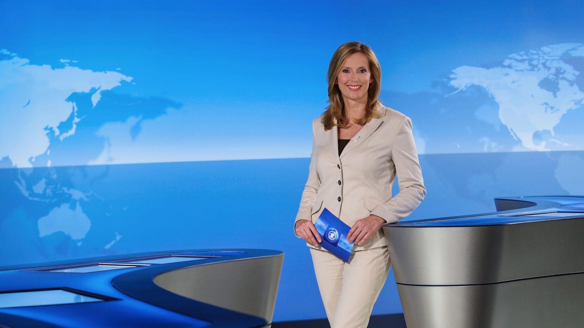 Kristina zur Mühlen steht im Tagesschau-Studio |lächelt in Kamera