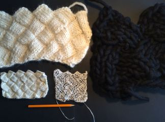 Teknik 3: Näverstickning. Nerifrån vänster Fabelull, japanskt pappersgarn, Fannti tovat ullgarn och överst t.v. Eskimo ullgarn.