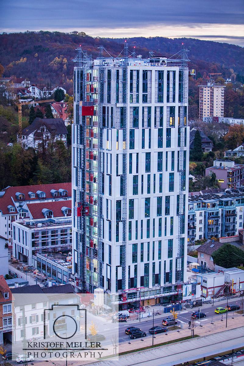 Blick vom Dach des Lörracher Rathauses in der Dämmerung