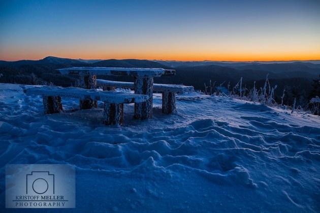 Eine Aussichtsbank kurz vor Sonnenaufgang