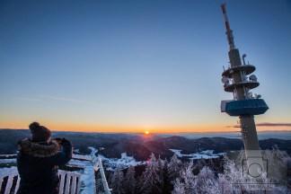 Eine Frau fotografiert den Sonnenaufgang