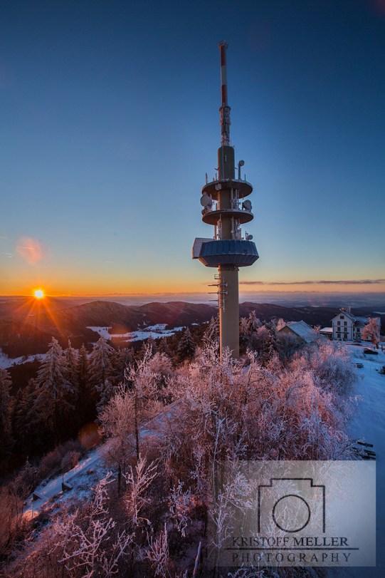 """Der Fernmeldeturm """"Sender Blauen"""" und das Hotel """"Berghaus Hochblauen"""" bei Sonnenaufgang"""