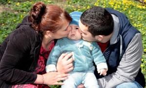 baby kiss family-1244782_1280 pixabay