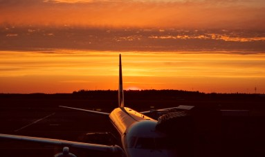 auringonlasku lentokentällä