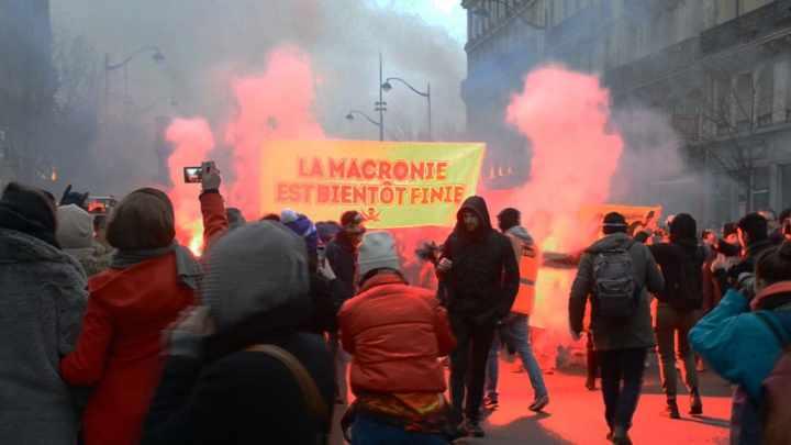 La-Macronie-est-bientot-finie-Gelbwesten-Frankreich-Streiks-Proteste-Massenstreiks-Massenproteste-Paris-Kritisches-Netzwerk-Gilets-jaunes-Emmanuel-Macron-Edouard-Philippe