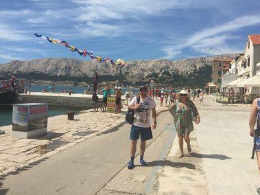Turisták a kikötőben