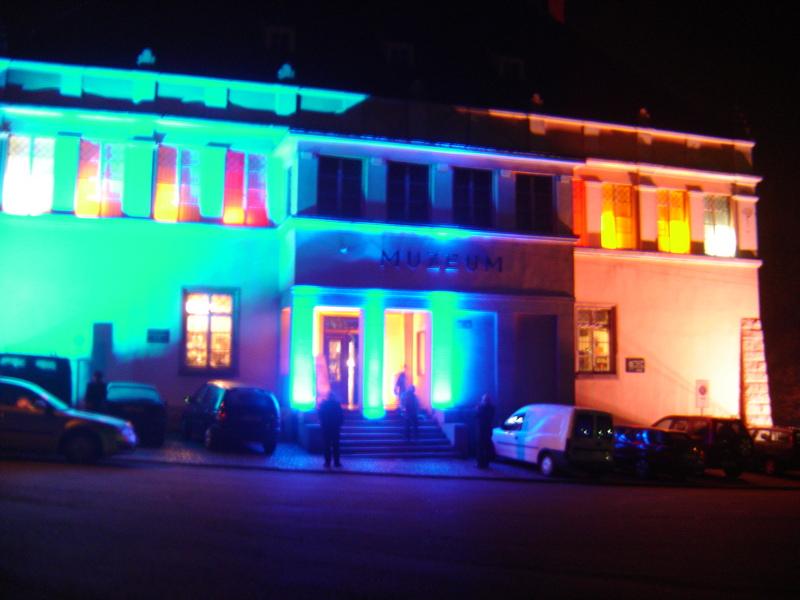 Beleuchtete Fassade des Museums