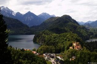 Hohenschwangau und unten die Touristenmassen