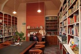 Wir in der Bücherei von Akaroa, sie wollten dass wir uns so fürs Foto hindrapieren ;)