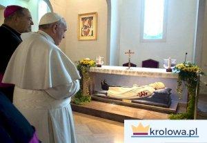 Papież franciszek i ks. abp Tommaso Caputo przed grobem bł. Bartola, założyciela Sanktuarium
