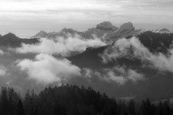 Berge und Nebel
