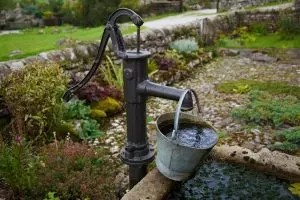 如何用自己的手钻井进水?描述,安排(照片和视频)